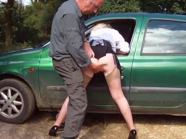 Op een parkeer plaats bevredigd de rijpe gozer de hoer en komt op haar billen klaar