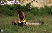 Bergbeklimmer word gepijpt door verhit grootmoeder