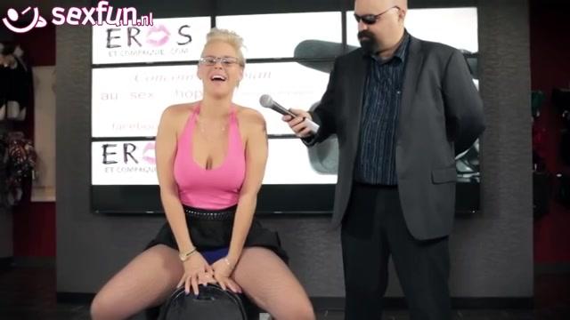 Deze blonde mama geeft een demonstratie op de vibrerende machine