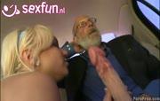 Vader Abraham haalt een gezette smurf uit zijn broekje
