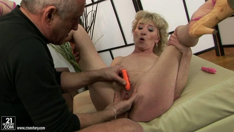 grootma pijpt opa en opa masturbeert opoe