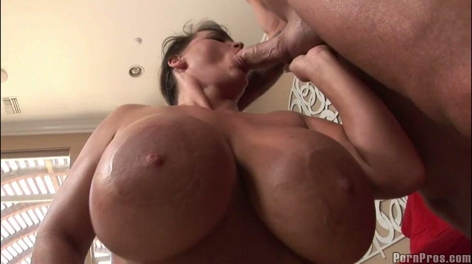 huishoudster met big beautiful woman toeters pijpt penis van haar baas