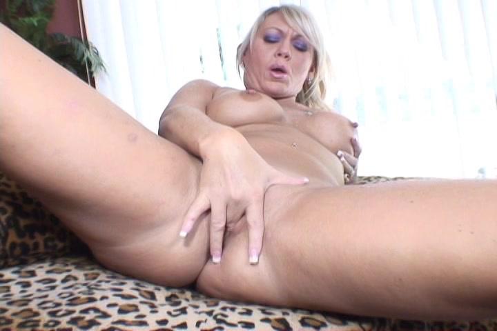 Haar vagina vingerend ontvangst deze wulps huismoeder een orgasme