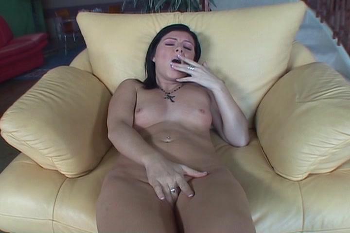 Ze knijpt haar stelten tegen elkaar als ze een orgasme ontvangst