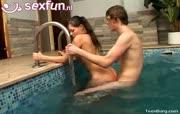 Rijkelui sletje word gepakt in sauna en zwembad thuis