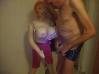 zich aftrekkend met de seks pop komt hij in zijn onderbroek klaar