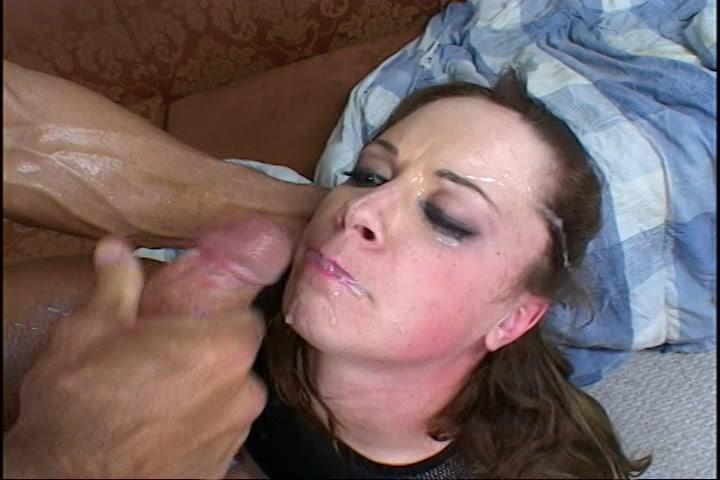 Dieper en dieper stop hij zijn flink pik in haar smikkel en penetreert hem