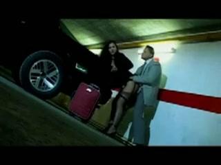 in de parkeergarage vult hij haar tater met sperma