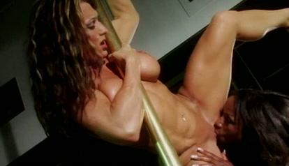 Tijdens het paaldansen gelikt door een neger lesbienne