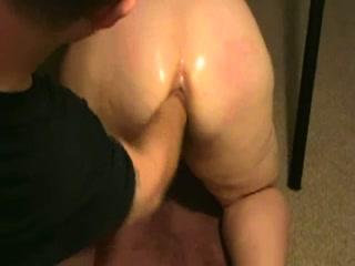 Hij vuist neukt zijn mollige echtgenoot die het uit krijst