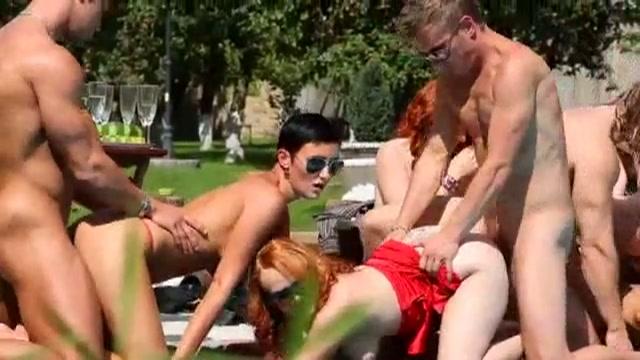Biseksuele gangbang in het park.