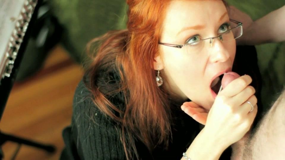 De muziekleraar laat haar op een zijn blokfluit blasen en zuigen