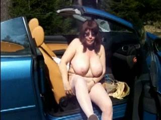 giga tetten wijf poseert poedelnaakt voor haar cabriolet