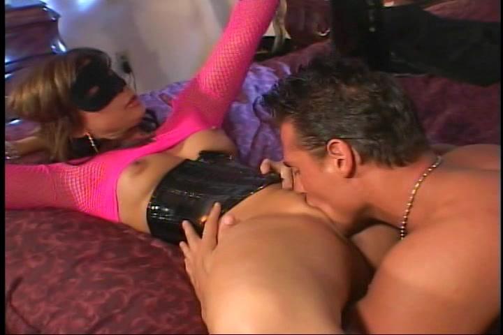 Hij vingert en beft haar vagina word gepijpt en penetreert vervolgens haar poes en sterretje