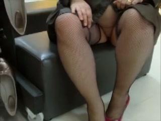 gezette vrouw wandelt in het publiekelijk met niks aan alleen haar stockings en regenjas.