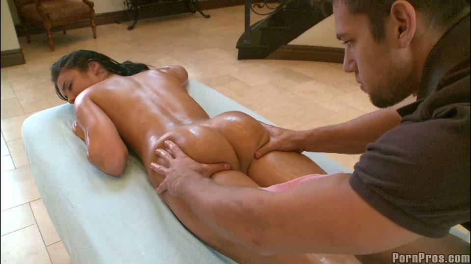 Haar geile lijf krijgt een wellustige massage