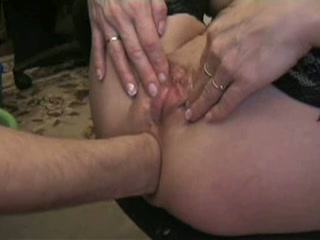 Haar anus wordt binnenstebuiten gevuist naait