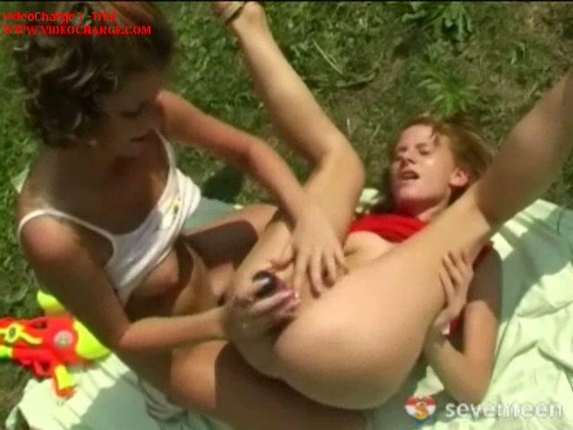 Buitensex met een lesbiennen vriendin
