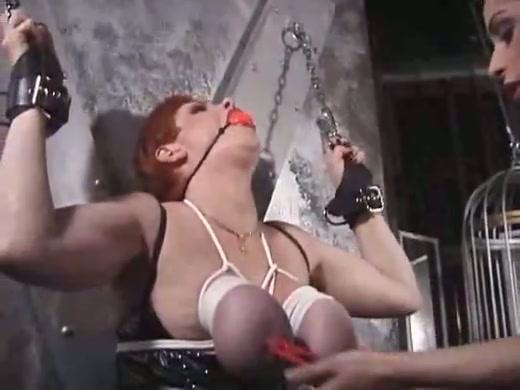 Dikke slavin in de dungeon gestraft door haar Meesteres