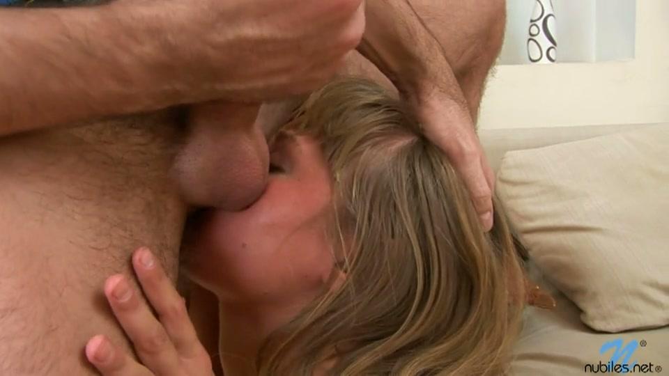 Het meisje zuigt zijn ballen en likt zijn anus terwijl hij zich afrukt