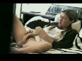 Haar vriend betrapt haar als ze mastubeerd met een dildo