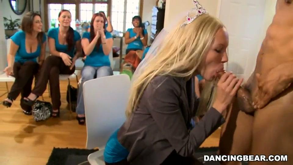 Het bruidje en haar vriendinnen pijpen de grote lul van de stripper