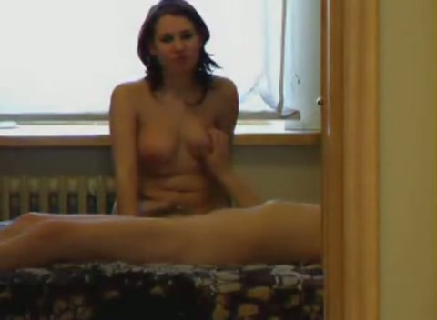 Sexy brunette is een beetje verlegen nu ze de seks filmen