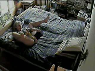 Met de verborgen camera filmt de man hoe zijn vrouw als hij werken is mastubeerd