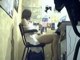 Tiener meisje masturbeert voor haar computer