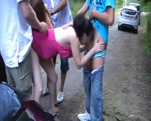 2 dames afzuigen en worden gepenetreerd op een parkeerplaats