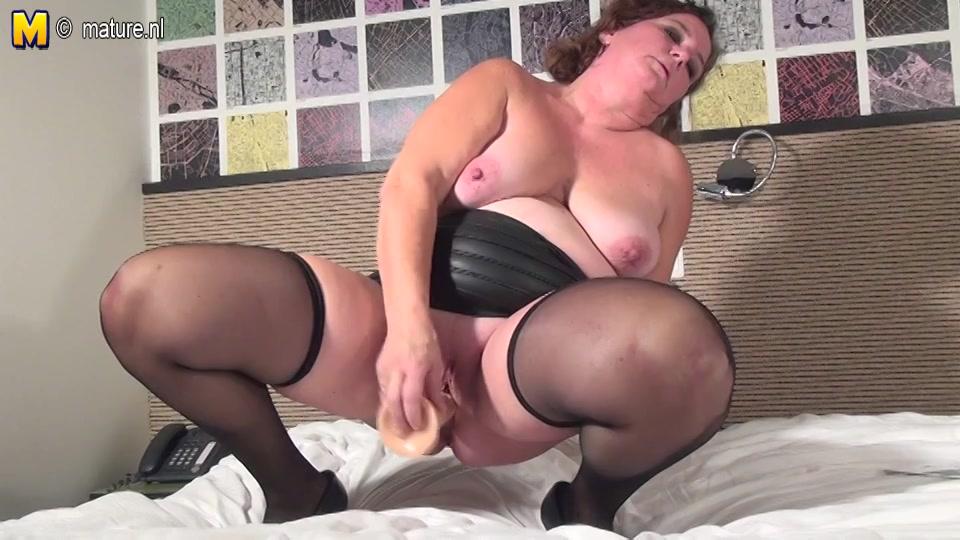 Hollandse geile huisvrouw in sexy lingerie mastubeerd