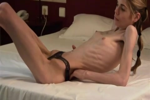 Dit anorexia meisje met alleen haar slip aan laat zich filmen