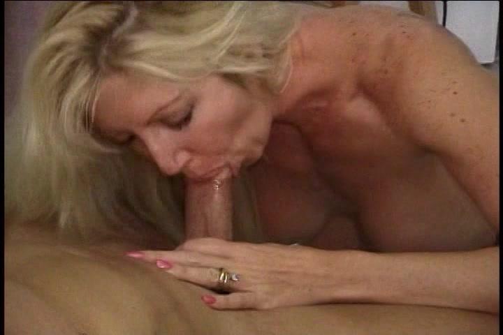 Als bijbaantje laat de huisvrouw zich filmen en neuken