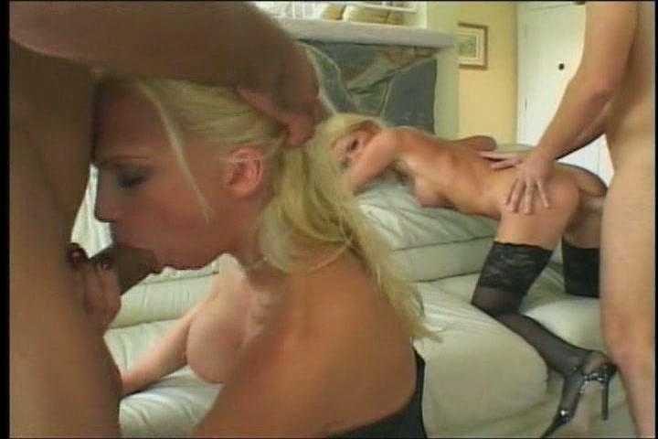 Twee grote lullen neuken de twee blondjes en laten ze pijpen