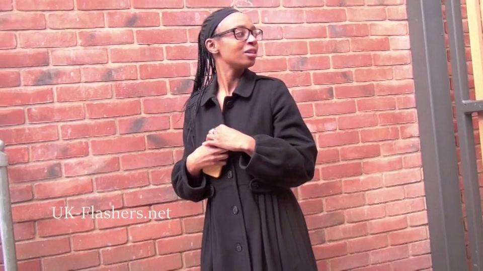 Sexy zwarte exibitioniste laat haar lekkere tieten zien in het openbaar
