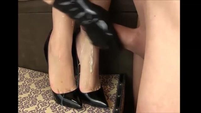 Een gehele massa zaad spuit over haar wulps voetjes