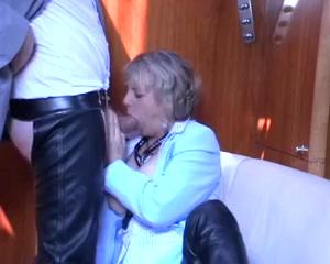 Kijk hoe deze spannende huisvrouw de gezette penis een pijp beurt geeft