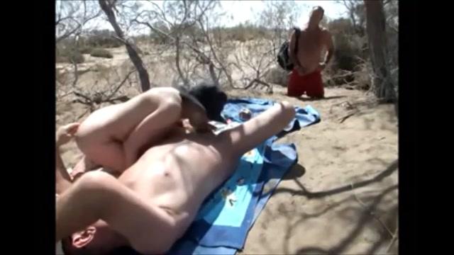 Terwijl ze buiten seks heeft met haar man kijkt iemand toe en trekt zichzelf af