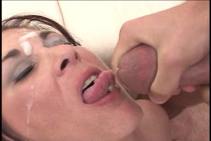 hitsige slet in opgewonden lingerie krijgt haar smikkel vol zaad