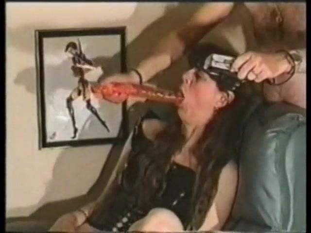 meerdere keren penetreert ze haar snater intens met de vol figuur sexspeeltje