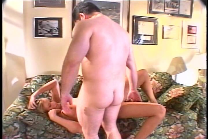 Hij penetreert de lekkere seks celeb en spuit haar waffel vol cum