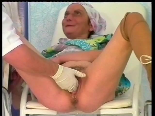 oma word met een vuist genaaid en krijgt haar kut vol zaad