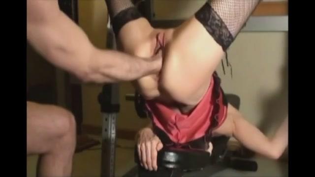 Na de vet figuur dildo penetreert zijn penis en vuist haar vagina