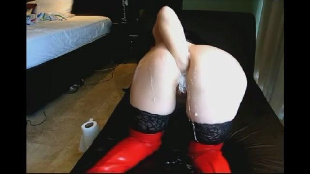 In haar latex kleding vuist penetreert ze haar aarsopening