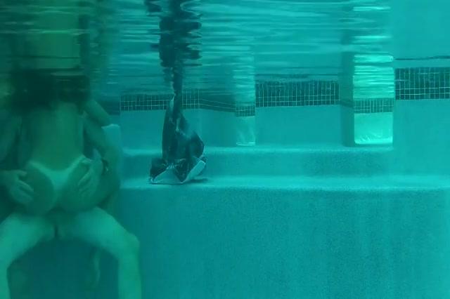 Het meisje laat zichzelf onder water berijden door de oudere vriend