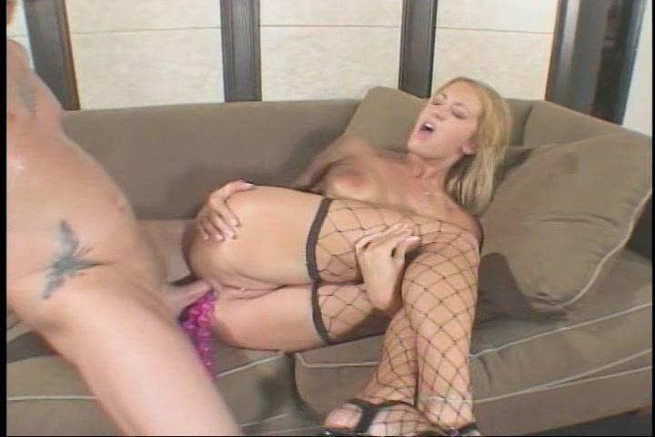 Tussen de porno sekstoys die in haar kontgat zitten penetreert hij haar anal