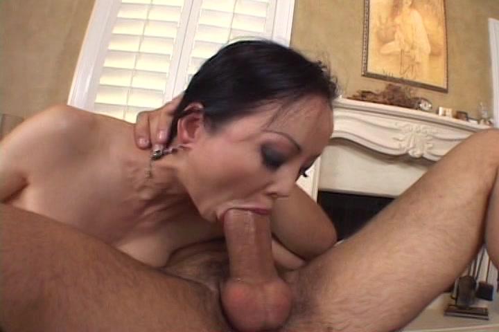 Hij laat haar pijpen en neukt haar snater totdat hij klaar komt