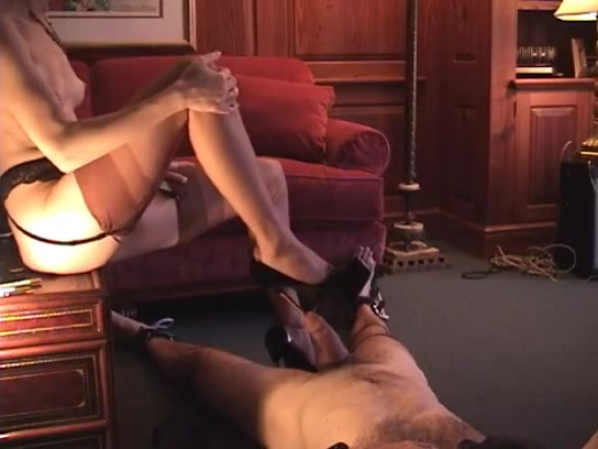 Met de hak van haar schoen naait ze zijn plasbuis