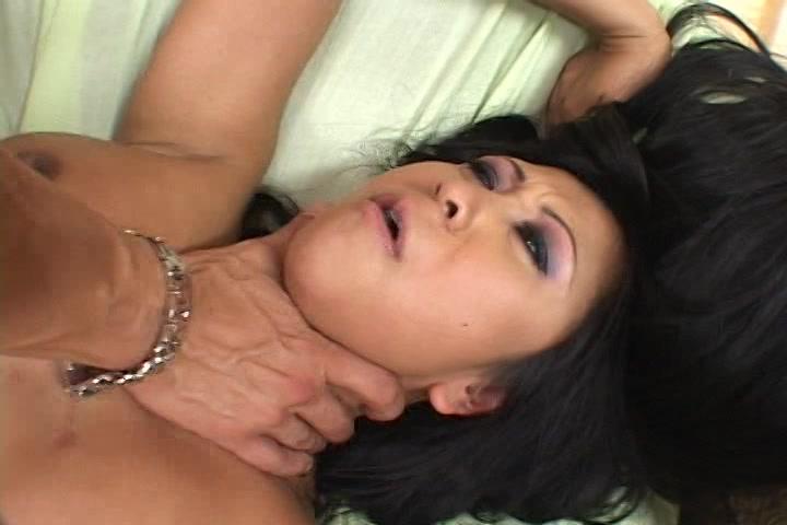 Tijdens het sexen knijpt hij haar keel dicht