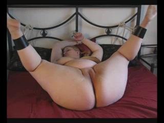 Met de zweep en een dubbel penetratie met twee sex toy's